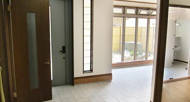 リフォーム後:明るく広々とした玄関