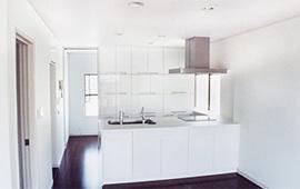 白を基調にしたシンプルモダンなキッチンリフォーム後画像