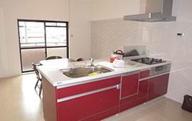 赤色のキッチンが映えるおしゃれな部屋へリフォーム後画像