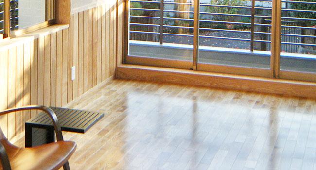 リフォーム後:腰板・フローリング 無垢材・塗料は植物性を使用。木の自然な色が際立つ仕上がり。