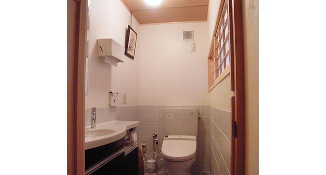 リフォーム後:格子のついた窓のあるトイレ写真