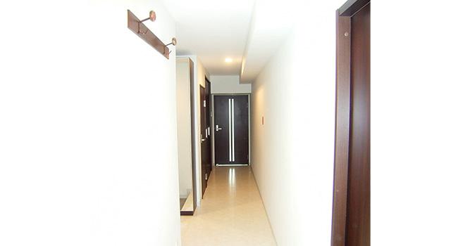 リフォーム後の廊下。照明をダウンライトにしたので天井が高く、空間が広がったようです。