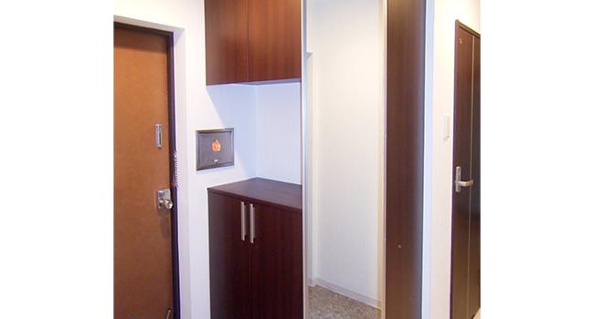 リフォーム後の収納力のアップした玄関。扉の一面を鏡にし、スペースを広く感じされます。