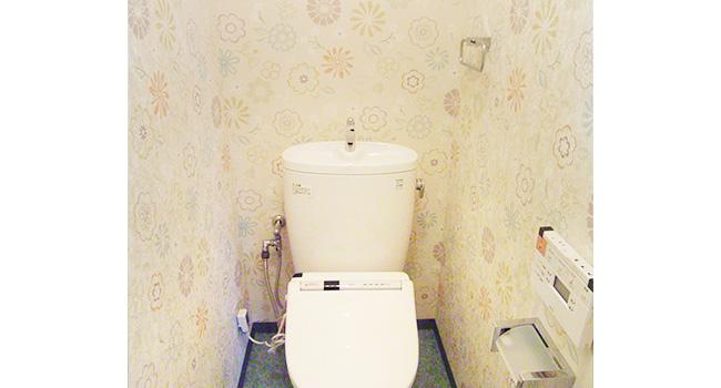 リフォーム後のトイレ。カラフルな床材や壁紙で雰囲気が明るくなりました